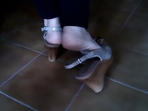 feet high-heels mature playing