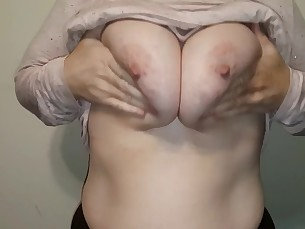 amateur big-tits boobs close-up mammy milf natural playing